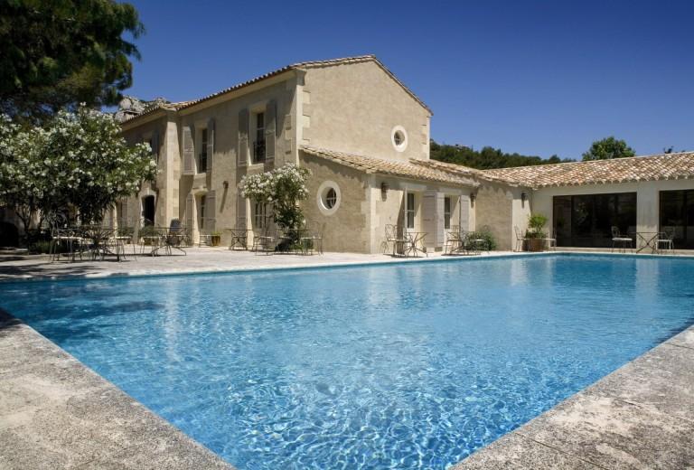 Hotel-avec-piscine-1970px-1920x1300