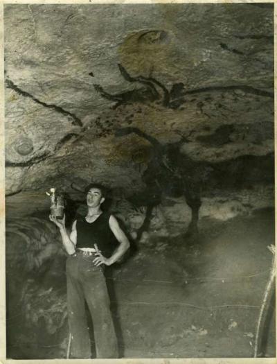 lune-des-rares-photos-de-1940-dans-la-grotte-avec-le-plus-agee-des-decouvreurs-marcel-ravidat-sous-le-celebre-grand-taureau_0