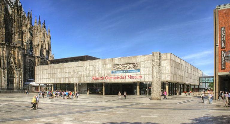 1200px-Römisch-Germanisches_Museum_Köln_(2514-16)